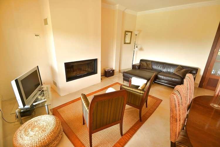 modernes dorfhaus am ortsrand mit klimaanlage billardtisch safe pool garten und kamin f r 8. Black Bedroom Furniture Sets. Home Design Ideas