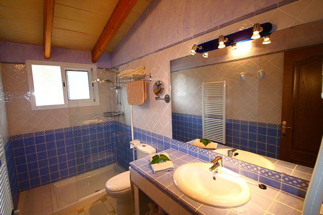 ... Badezimmer Finca Mit Klimaanlage In Allen Schlafzimmer Badezimmer  Ferienhaus Mallorca Ferienhaus Sitzgruppe Unter Der überdachten Veranda ...
