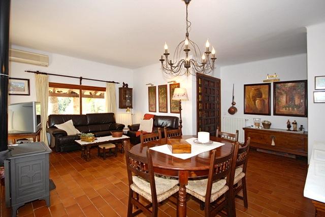 ruhig gelegene finca mit pool ferienhaus mit garten wohnzimmer und jedes schlafzimmer mit. Black Bedroom Furniture Sets. Home Design Ideas