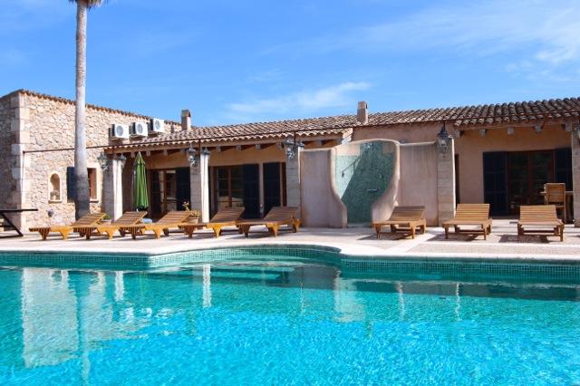 luxus finca mallorca gro er pool strandnah gelegen f r gruppen und familien von bis zu 10. Black Bedroom Furniture Sets. Home Design Ideas