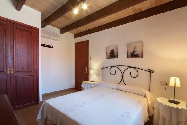 typische naturstein finca mallorca 10 personen internet 5 schlafzimmer mit klimaanlage. Black Bedroom Furniture Sets. Home Design Ideas
