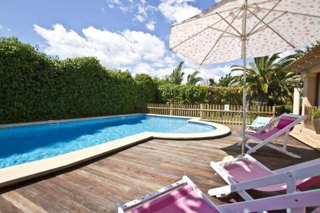 ferienhaus chalet mit sehr guter ausstattung eigenem pool und kleinem garten ideal f r 4. Black Bedroom Furniture Sets. Home Design Ideas