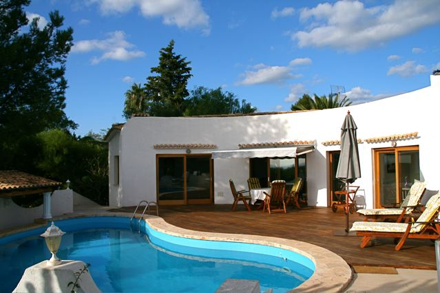 Hier mieten sie ein exklusives ferienhaus mit meerblick for Kapfer pool design mallorca