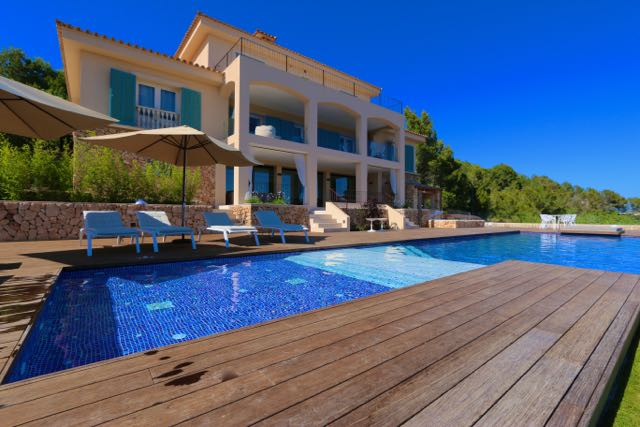 gro e luxus villa mit fantastischem meerblick n he strand viel komfort elegantes design. Black Bedroom Furniture Sets. Home Design Ideas