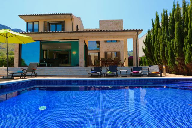 Mallorca modernes strandnahes ferienhaus mit pool for Kapfer pool design mallorca
